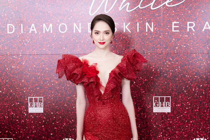 Pretty as Miss Huong Giang: A red dress on the day of receiving the brand ambassador