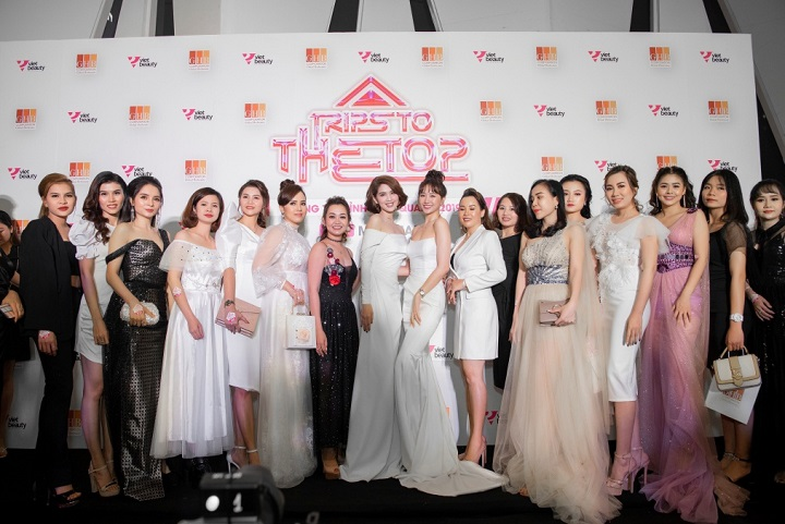 Hariwon and Ngoc Trinh were surrounded by the event of nearly 1000 guests of GHB